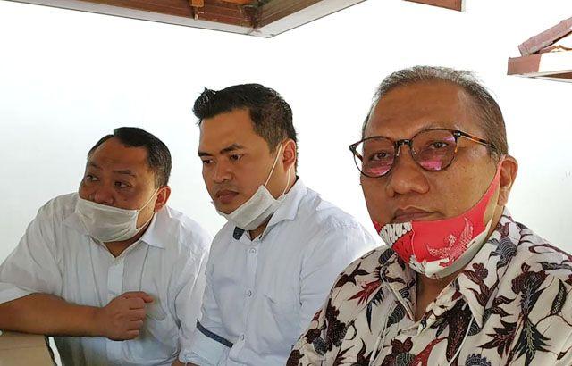 SIAP AJUKAN SAKSI: Akmal Budianto (kanan) dan tim penasihat hukum pelapor di Polrestabes Surabaya.