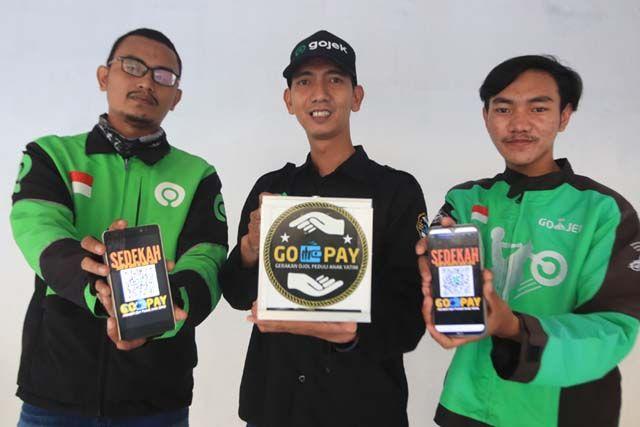 PEDULI DAN EMPATI: Anggota komunitas Gerakan Ojol Peduli Anak Yatim (GOPAY) Surabaya ketika ditemui Radar Surabaya di kawasan Rungkut, Surabaya, Selasa (18/8).