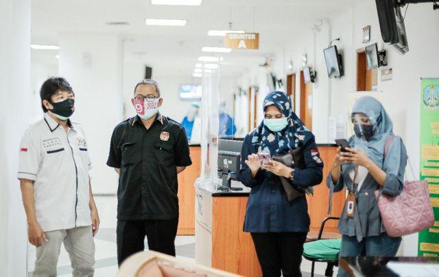KETAT: Komisioner dan staf KPU Surabaya mendampingi bapaslon Wali Kota dan Wakil Wali Kota Surabaya saat tes swab PCR di RSUD dr Soetomo.