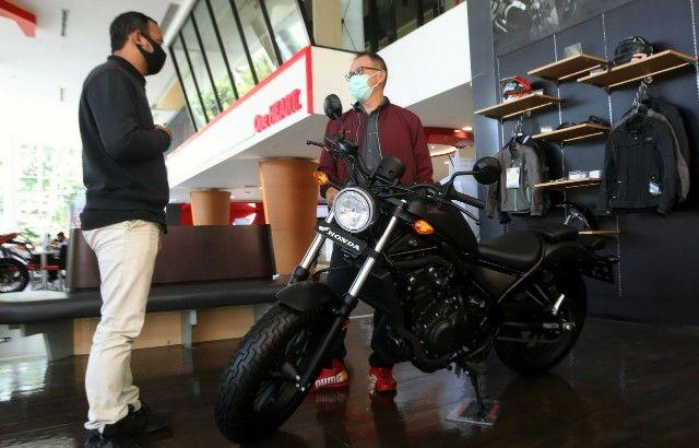 LAYANAN TERBAIK: Direktur Marketing PT MPM Honda Jatim Dendy Sean saat mengecek kesiapan tim  servis di MPM Honda Jatim Simpang Dukuh.