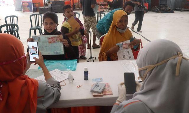 Bansos tunai yang diterima warga Surabaya.
