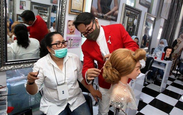 TREN SANGGUL: Hair Stylist asal Surabaya Rumawan (dua dari kiri) memberikan instruksi kepada para peserta kelas menata sanggul di kawasan Semolowaru.
