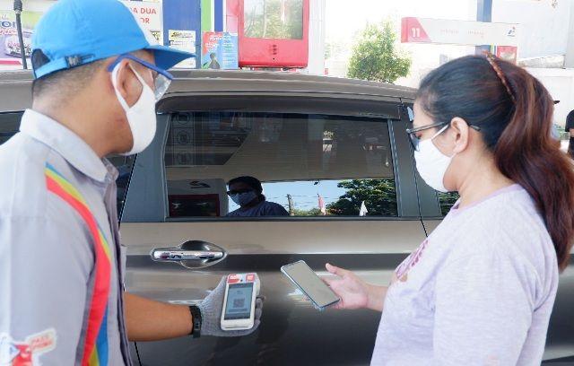 CASHLESS: Salah satu pelanggan sedang bertransaksi pembayaran secara non tunai di salah satu SPBU di Jatim.