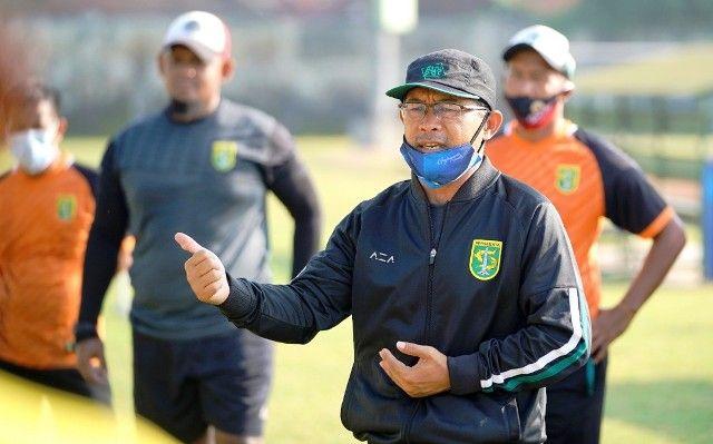WASPADA: Aji Santoso tidak masalah laga lawan Sleman diundur.