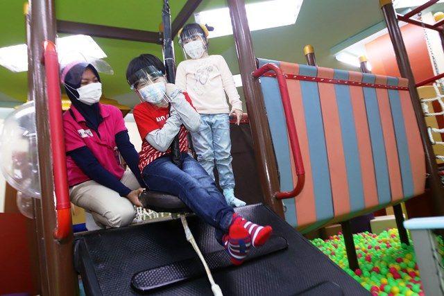 AMAN: Sejumlah anak mencoba fasilitas bermain di wahana permainan anak yang menerapkan protokol kesehatan di Ciputra World Surabaya.