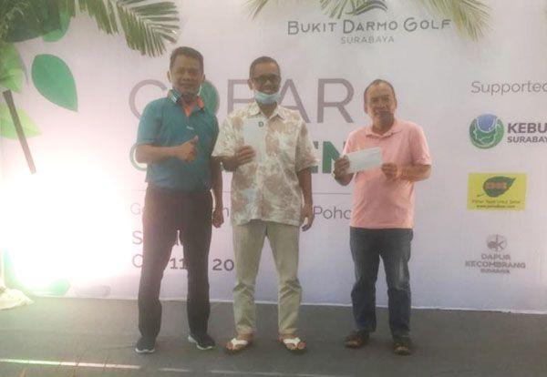 JAWARA: Mifto Hadi (kiri) bersama pemenang turnamen golf Bukit Darmo Golf.