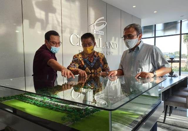 DEVELOPER TERPERCAYA: Dari kanan; Cholief Choerasjaini, Rudy Sutanto dan Andreas Yosianto menjelaskan rencana pengembangan proyek CitraLand Driyorejo CBD usai live talkshow IG, kemarin .