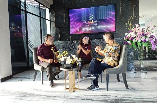 BINCANG PROPERTI: Andreas Yosianto (kiri) bersama Rudy Sutanto saat live talkshow IG tentang investasi properti saat pandemi covid 19 di kantor CitraLand Driyorejo CBD, kemarin.