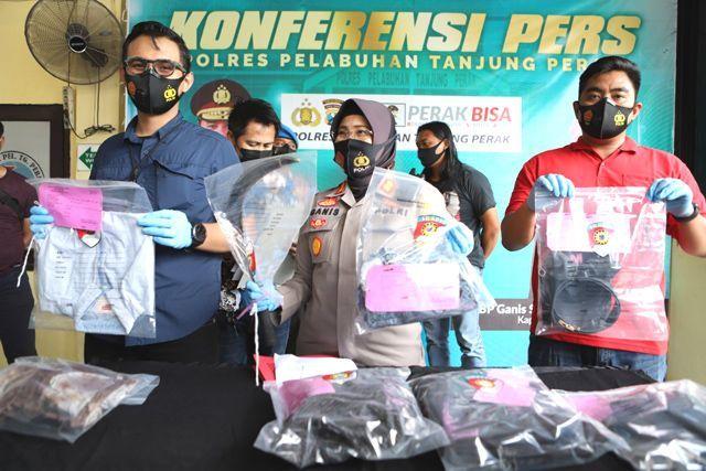 RILIS: Kapolres Pelabuhan Tanjung Perak AKBP Ganis Setyoningrum (tengah) menunjukkan barang bukti kasus pembunuhan terhadap Achmad Suhandi, warga Jalan Wonosari Wetan II Surabaya.