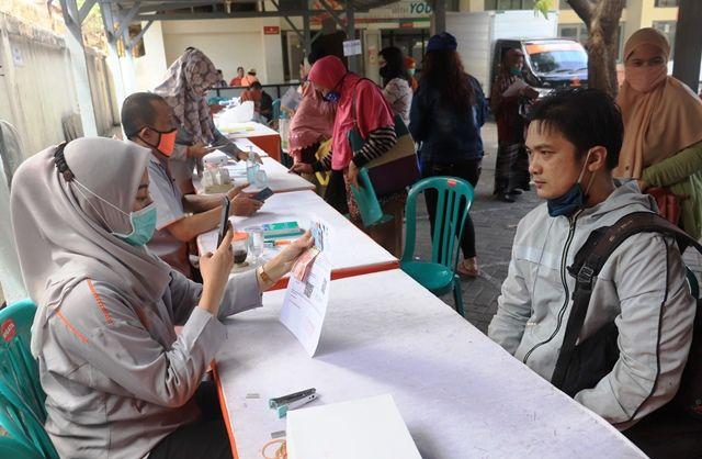 UNTUK MBR: Warga mencairkan dana bantuan sosial tunai (BST) di Kantor Pos Besar Kebonrojo, Surabaya.