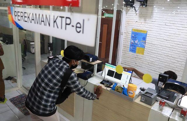 DATA DIRI: Warga melakukan perekaman eKTP di kantor Dispendukcapil Surabaya yang ada di UPTSA Siola.