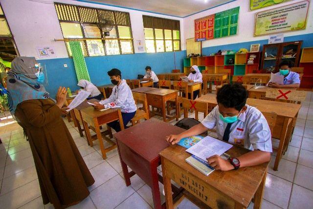 UJI COBA: Sejumlah siswa mengikuti simulasi belajar tatap muka di SMP Negeri 7 Banjarmasin, Kalimantan Selatan, Senin (16/11).