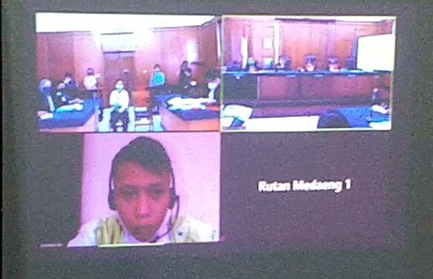 MENYESAL BELAKANGAN: Terdakwa Yusron diadili di ruang Candra PN Surabaya.