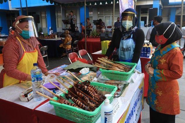 GEMARIKAN: Pengunjung melihat produk perikanan dan olahannya saat pameran di halaman kantor Dinas Kelautan dan Perikanan Provinsi Jawa Timur beberapa waktu lalu.