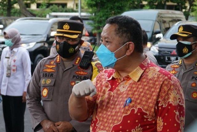 KOORDINASI: Plt Wali Kota Surabaya Whisnu Sakti Bhuana bersama Kapolrestabes Surabaya Kombes Pol Johnny Eddison Isir.