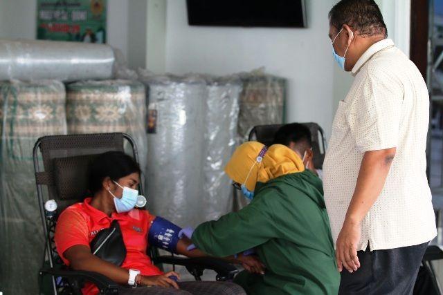 PEDULI: Atlet Jatim penghuni Puslatda New Normal melakukan donor plasma konvalesen.