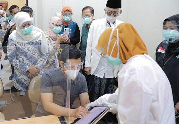 PERSIAPAN: Gubernur Khofifah (kiri) saat memantau simulasi vaksin Covid-19 di RSI Jemursari, beberapa waktu lalu.