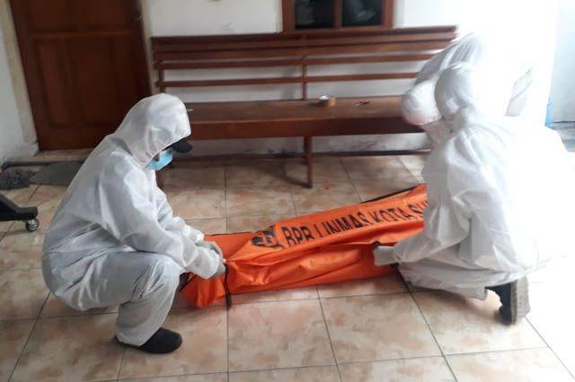 EVAKUASI: Petugas mengevakuasi jenazah Hendrik di Jalan Jelidro.