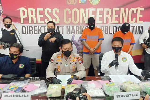 RILIS: Petugas menunjukkan barang bukti dan tersangka kasus peredaran narkoba jenis sabu yang berhasil diamankan di Mapolda Jatim.
