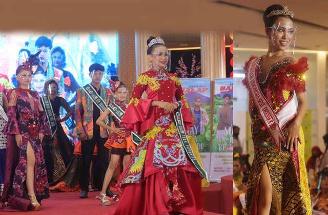 PROMOSI WISATA: Sejumlah model memperagakan kreasi busana berbahan batik disela-sela peragaan di Grand City Mall, Surabaya, Minggu (21/2).