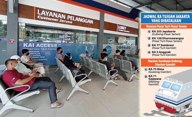 TERDAMPAK: Sejumlah calon penumpang menunggu keberangkatan kereta api di Stasiun Pasar Turi Surabaya.