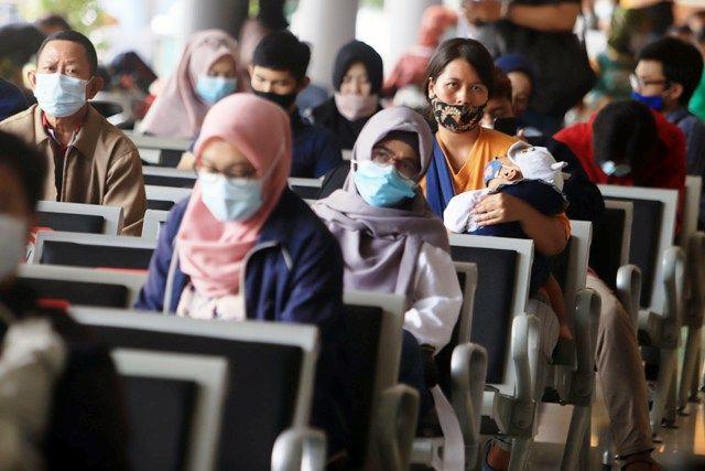 ANTRE: Puluhan calon penumpang KA jarak jauh di Stasiun Surabaya Gubeng antre melakukan tes rapid antigen.