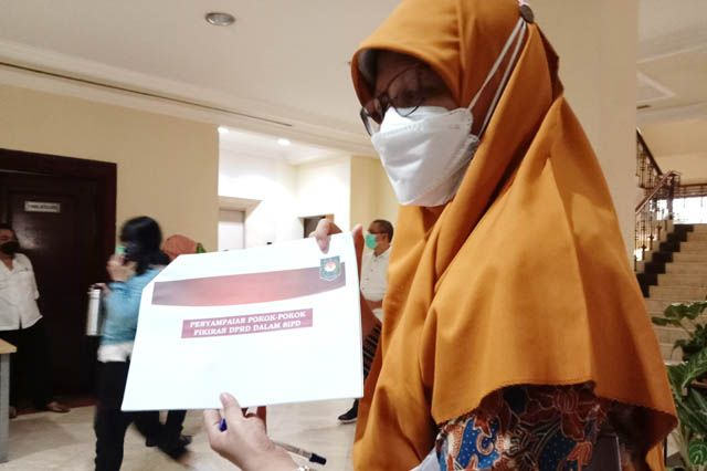 MASIH DITAMPUNG: Wakil Ketua DPRD Kota Surabaya Reni Astuti menunjukkan petunjuk teknis Pokok Pikiran (Pokir) DPRD Surabaya hasil rapat zoom dengan Kemendagri.