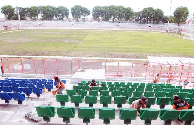 DIPERCANTIK: Para pekerja sedang menyelesaikan renovasi Stadion Gelora 10 November Surabaya.