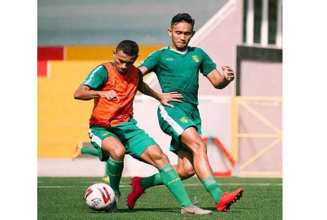 SOLID: Persebaya terus melatih lini belakangnya jelang menghadapi Madura United, malam ini.