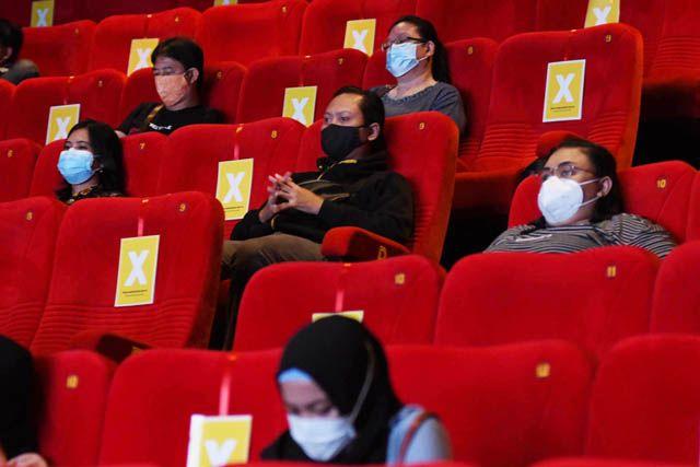 PROKES: Sejumlah penonton menikmati tayangan bioskop di salah satu cinema di Grand City Mall, Surabaya, Jumat (2/4).
