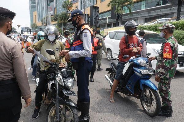 PENCEGAHAN: Petugas gabungan melakukan penyekatan di pintu masuk Surabaya depan Mal Cito Surabaya.