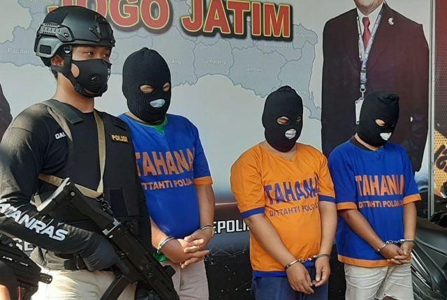 KOMPAK: Tiga tersangka pencurian barang berharga di dalam mobil antarkota diamankan di Polda Jatim.