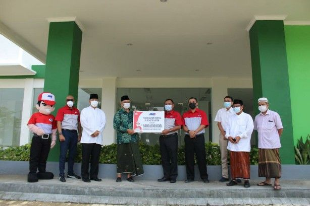 BANTUAN: Penyerahan Donasi alat kesehatan senilai Rp 1 miliar dari JNE untuk Rumah Sakit Hasyim Asy'ari Jombang.