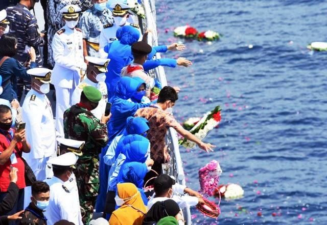CINTA ABADI: Keluarga 53 kru KRI Nanggala 402 melakukan tabur bunga di Laut Bali, Jumat (30/4).