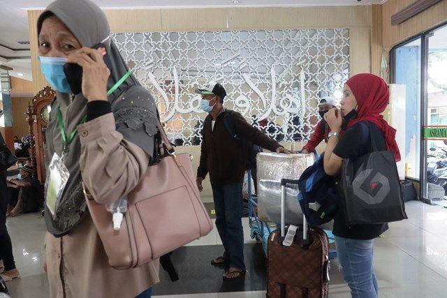 SIAP PULANG: Sejumlah pekerja migran Indonesia (PMI) bersiap check-out dari Asrama Haji Sukolilo.