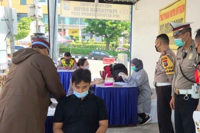 RANDOM: Kasatlantas Polrestabes Surabaya AKBP Teddy Chandra (dua dari kanan) saat memantau pelaksanaan tes swab antigen COVID-19 yang dilakukan pada pengendara di pos check point larangan mudik bundaran Cito Menanggal, Surabaya, Minggu (16/5).