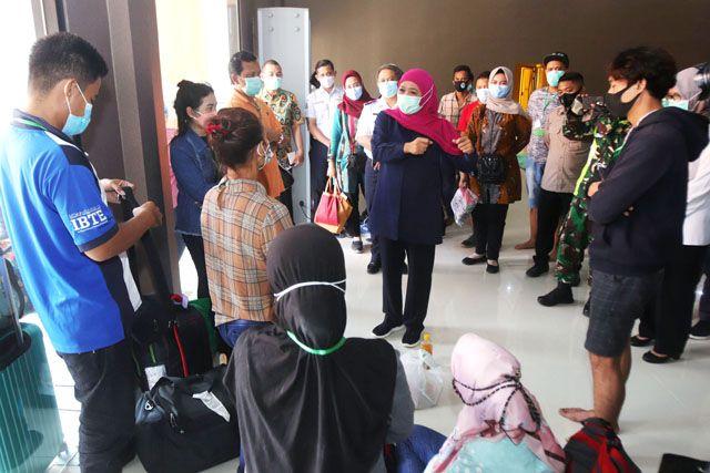 TINJAU: Gubernur Jatim, Khofifah Indar Parawansa, berbincang dengan para Pekerja Migran Indonesia (PMI) yang dikarantina di Asrama Haji Sukolilo Surabaya.