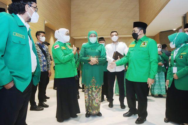 MUSYAWARAH WILAYAH: Gubernur Jatim, Khofifah Indar Parawansa didampingi Waketum PPP, Zainut Tauhid, saat menghadiri pembukaan Musywil PPP di Samator Novotel Surabaya, Senin (31/5).