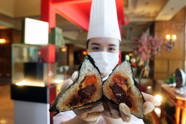 BAKCANG SWEET DUMPLING: Heidy Tan, Chef Hotel Shangrila Surabaya, menunjukkan Bakcang Sweet Dumplingyang dibuat untuk menyambut perayaan Dragon Boat dalam tradisi masyarakat Tiongkok.