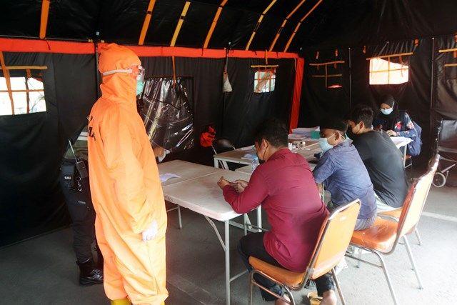 DIRUJUK: Sebanyak lima orang yang terpapar Covid-19 usai mengikuti tes usap PCR di kawasan Jembatan Suramadu tiba di RS Lapangan Indrapura Surabaya untuk selanjutnya menjalani isolasi.