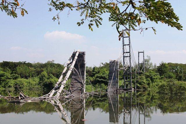 JADI KUMUH: Bangunan jembatan bambu yang rusak di kawasan ekowisata mangrove Wonorejo, Surabaya, Selasa (8/6).
