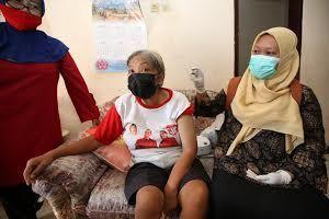 SABAR: Petugas bersiap memberikan vaksin kepada kelompok rentan di Surabaya.