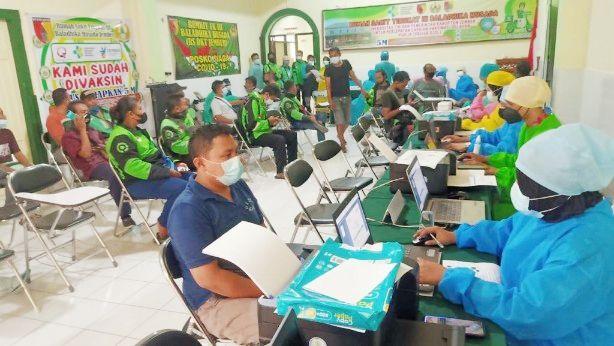 IMUNISASI: Vaksinasi covid-19 untuk para driver Gojek di Jember yang dilaksanakan di RS Baladhika Husada (DKT) Jember.