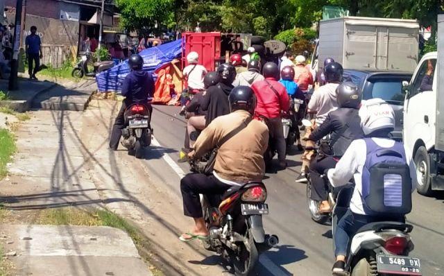 BIKIN MACET: Truk bernopol L 8905 AH terguling dan membuat kemacetan di Jalan Simojawar.