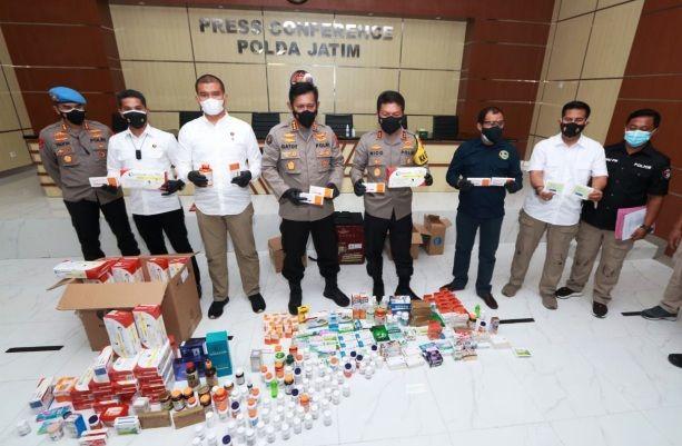 DIAMANKAN: Petugas mengamankan obat-obatan ilegal di Polda Jatim.