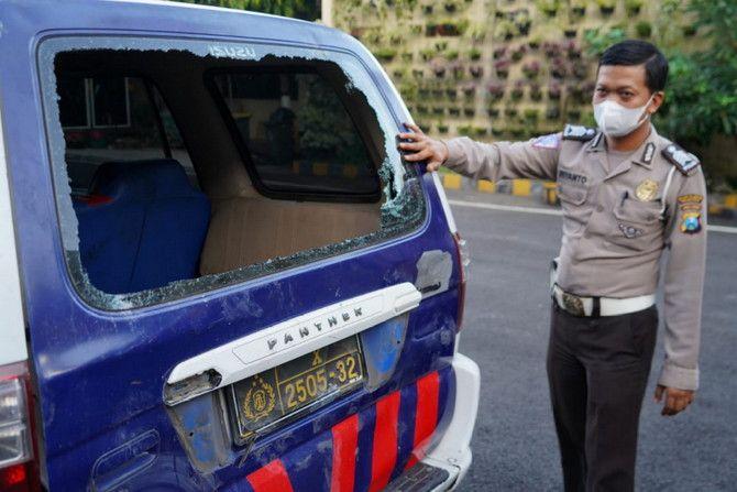 Salah satu mobil polisi yang dirusak massa di Bulak Banteng.
