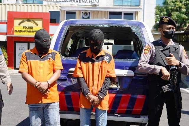 DIBORGOL: Petugas menunjukkan barang bukti dan tersangka kasus perusakan mobil polisi dan penyebar video kebencian yang diamankan di Mapolres Pelabuhan Tanjung Perak.