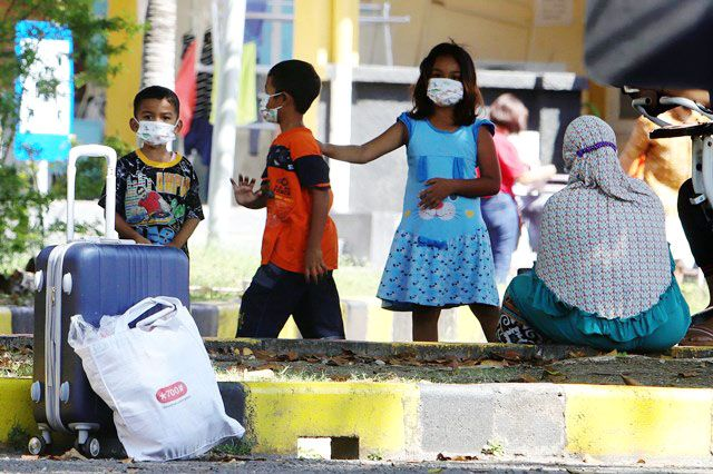 PASIEN ANAK: Sejumlah anak yang terpapar COVID-19, dirawat di RS Lapangan Indrapura Surabaya bersama orang tuanya.