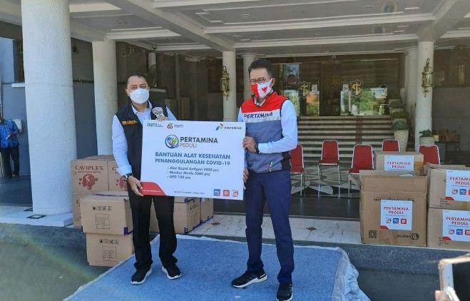 SIMBOLIS: Executive General Manager Pertamina Region Jatimbalinus , C.D. Sasongko, menyerahkan bantuan kepada Wali Kota Surabaya, Eri Cahyadi, di Balaikota Surabaya.
