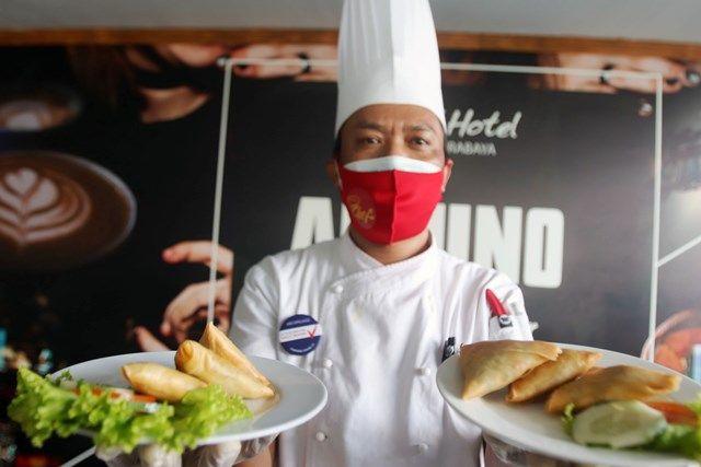 OLAHAN DAGING KAMBING: Chef Dolies Barmawi menunjukkan makanan ringan samosa dengan isian daging kambing di salah satu hotel di Jalan Darmo.